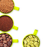 Tazze con i chicchi di caffè verdi e arrostiti, terra e Immagine Stock Libera da Diritti