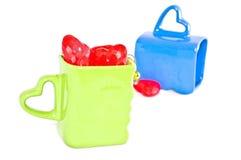 Tazze con i cuori di plastica Fotografia Stock