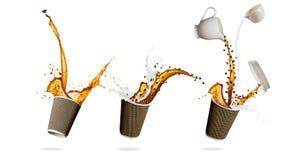 Tazze con la spruzzatura del liquido del caffè isolato sul fondo bianco Immagine Stock Libera da Diritti