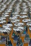 Tazze d'argento luccicanti ai vincitori dei premi di concorsi Fotografia Stock