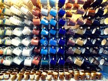 Tazze da caffè ceramiche variopinte e tazze Fotografie Stock