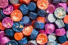 Tazze del burro di arachidi avvolte ZFoiled di festa fotografie stock
