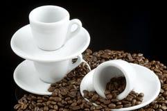 Tazze del caffè espresso sui chicchi di caffè Immagini Stock Libere da Diritti