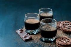 Tazze del dessert del cioccolato e biscotti del cioccolato spruzzati con i Cochi Fotografie Stock