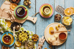 Tazze del tè di erba con differenti decorazioni Immagini Stock