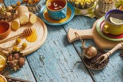 Tazze del tè di erba con differenti decorazioni Immagine Stock Libera da Diritti