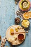 Tazze del tè di erba con differenti decorazioni Fotografia Stock