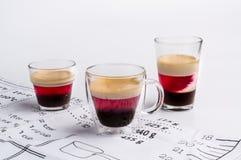 Tazze della panna cotta dolce del caffè sulla tavola Fotografie Stock