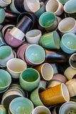 Tazze delle tazze e più tazze immagini stock