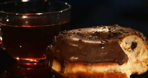 Tazze delle guarnizioni di gomma piuma del cioccolato e del tè su un fondo nero Immagini Stock