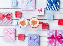 Tazze delle scatole di regalo ed il cappuccino Immagini Stock Libere da Diritti