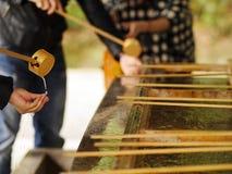 Tazze di bambù dell'acqua di legno del merlo acquaiolo utilizzate per la purificazione degli ospiti Immagini Stock