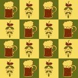Tazze di birra e modello senza cuciture del luppolo Immagine Stock