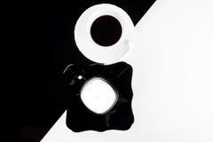 Tazze di caffè in bianco e nero con i piatti Immagini Stock