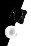 Tazze di caffè in bianco e nero con i piatti Fotografia Stock Libera da Diritti