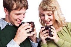Tazze di caffè caucasiche della holding delle coppie Immagine Stock Libera da Diritti