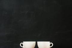 Tazze di caffè che mostrano al fondo del nero Fotografie Stock