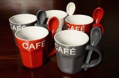 Tazze di caffè colorate sulla tavola immagine stock libera da diritti