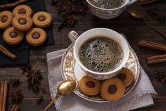 Tazze di caffè con i biscotti del cioccolato Fotografie Stock
