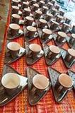 Tazze di caffè davanti ad auditorium immagini stock libere da diritti