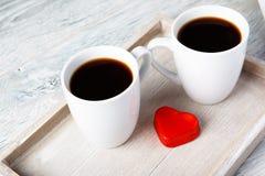 Tazze di caffè del biglietto di S. Valentino con cuore Immagine Stock Libera da Diritti