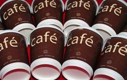 Tazze di caffè del caffè in due righe Fotografia Stock