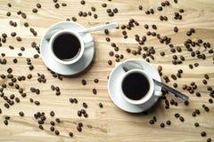 Tazze di caffè e chicchi di caffè Immagine Stock