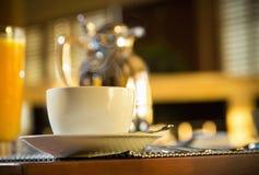 Tazze di caffè e chicchi di caffè freschi intorno Fotografia Stock