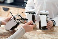 Tazze di caffè e chicchi di caffè freschi intorno Fotografie Stock Libere da Diritti