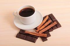 Tazze di caffè e tagli del cioccolato Fotografia Stock