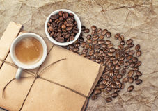 Tazze di caffè macchiato di Tho in pieno di caffè espresso e dei fagioli Immagine Stock