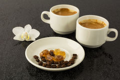 Tazze di caffè macchiato ed orchidea bianca Fotografie Stock Libere da Diritti