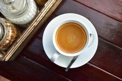 Tazze di caffè macchiato in pieno di caffè espresso fresco alla luce del sole Fotografie Stock Libere da Diritti