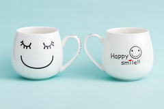 Tazze di caffè macchiato sorridenti su fondo verde Fotografia Stock