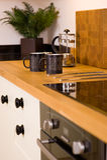 Tazze di caffè nella cucina moderna del progettista Immagine Stock Libera da Diritti