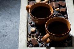 tazze di caffè nero, di zucchero e di cioccolato su una lavagna Fotografia Stock Libera da Diritti