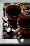 tazze di caffè nero, di zucchero e di cioccolato su una lavagna Fotografia Stock