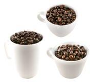 Tazze di caffè in pieno dei chicchi di caffè Immagini Stock Libere da Diritti