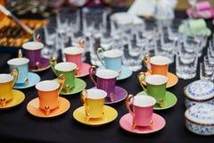 Tazze di caffè su un mercato delle pulci Fotografia Stock