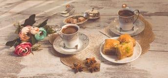 Tazze di caffè turco e di un piatto con baklava Fotografia Stock