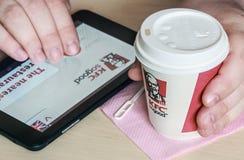 Tazze di carta con il logo di KFC del caffè Immagini Stock Libere da Diritti
