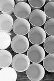 Tazze di carta eliminabili bianche per caffè e tè Molto Immagini Stock