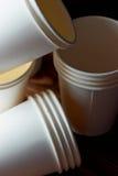 Tazze di carta eliminabili bianche per caffè e tè Molto Fotografie Stock Libere da Diritti