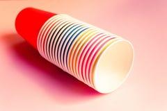 Tazze di carta multicolori immagini stock