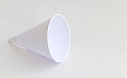 tazze di carta su fondo bianco Fotografie Stock