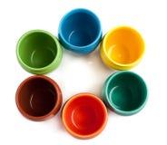 Tazze di colore disposte nel cerchio Fotografia Stock Libera da Diritti