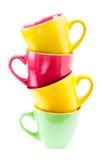 Tazze di colore giallo, rosso, verde. Pila della torre di Cu differente pulito Fotografie Stock Libere da Diritti