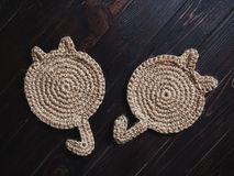 Tazze di tè calde tricottate dei piatti del supporto Trovandosi su un fondo di buio Fotografia Stock