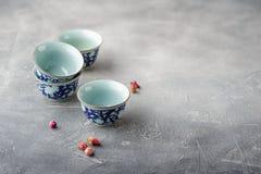 Tazze di tè cinesi su un fondo grigio Fotografia Stock