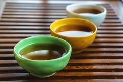 Tazze di tè cinesi sulla tavola di tè di legno per il fondo di cerimonia di tè Fotografia Stock